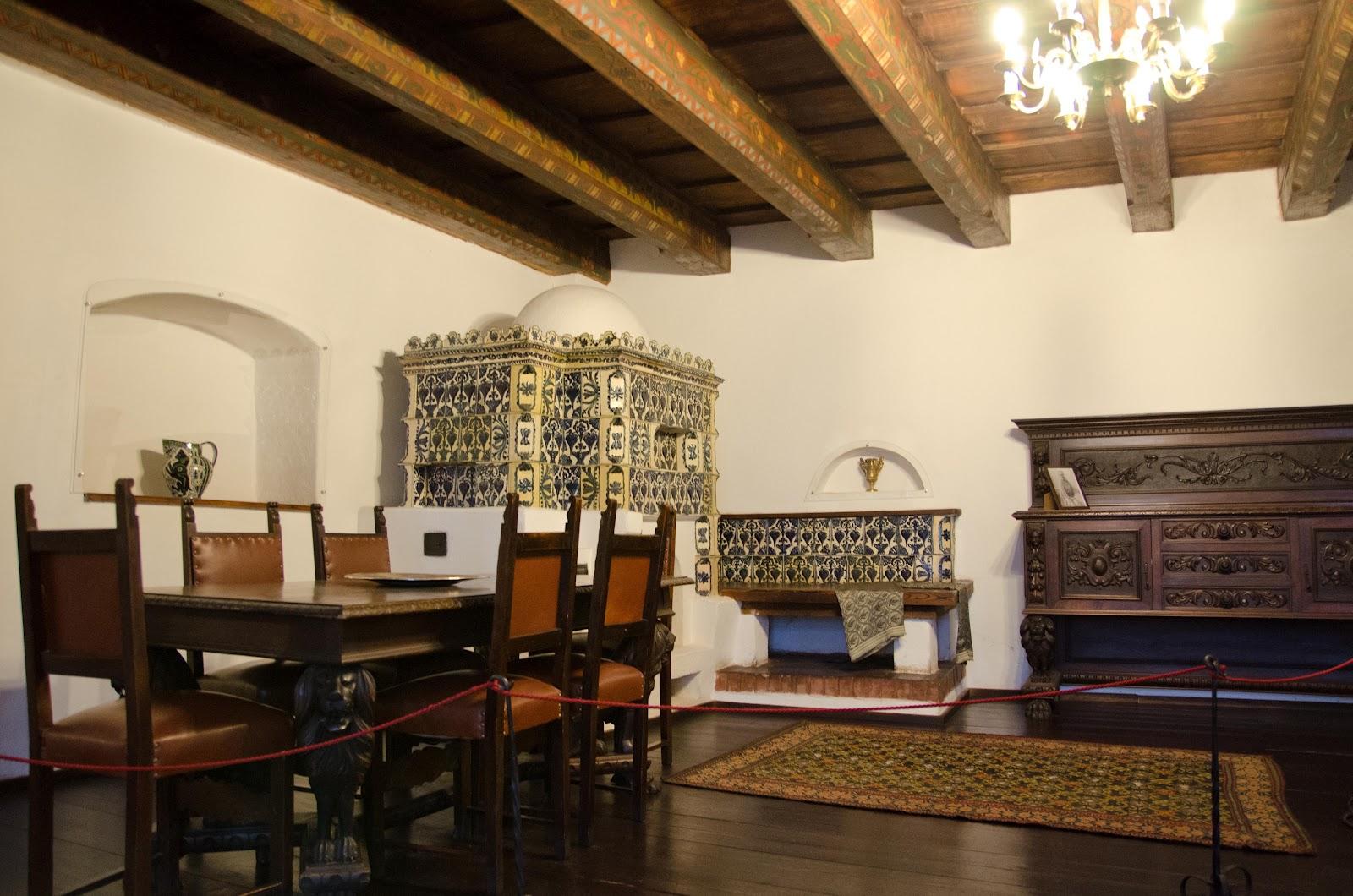 După retrocedarea castelului către familia de Habsburg, statul român şi-a retras colecţiile propri.Ele au fost înlocuite cu piese din colecţiile actualilor proprietari